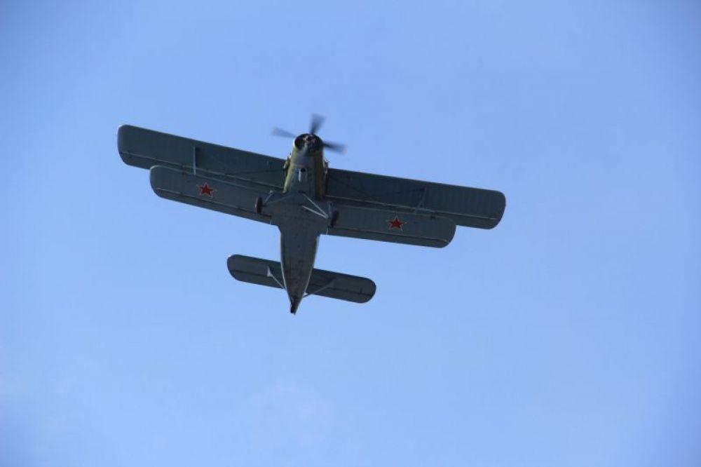 Напоследок Ан-2 совершил прощальный пролет над плацем.