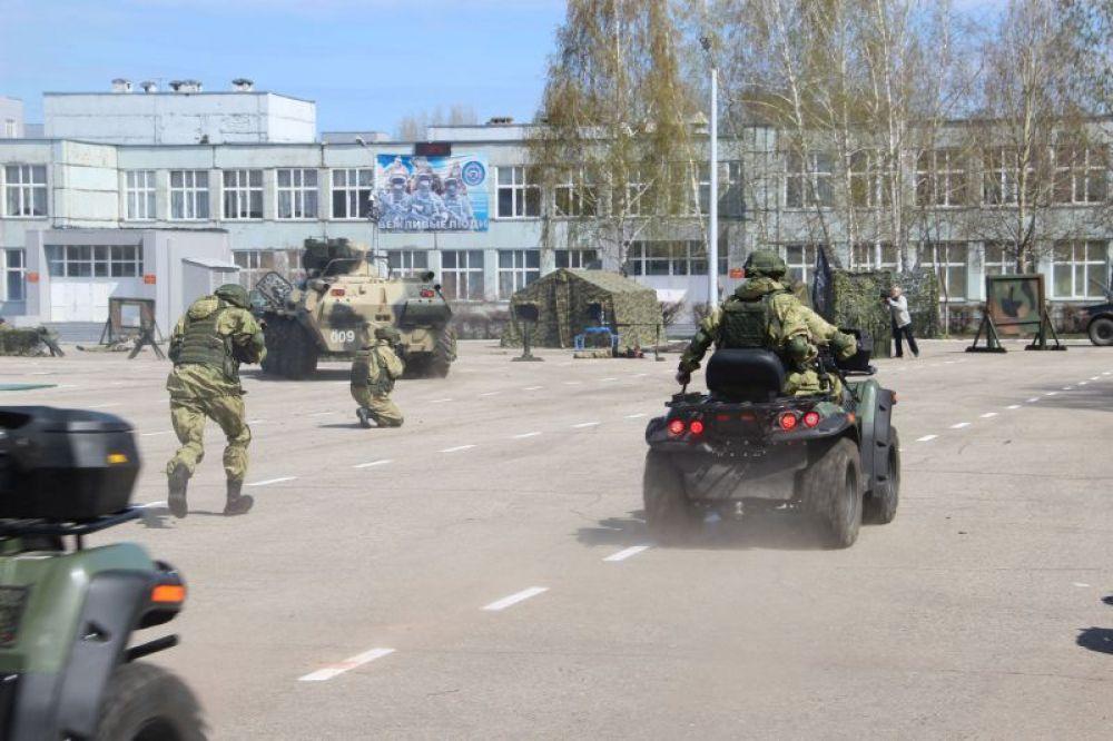 А здесь еще - воины на боевых квадроциклах. Террористы в панике.