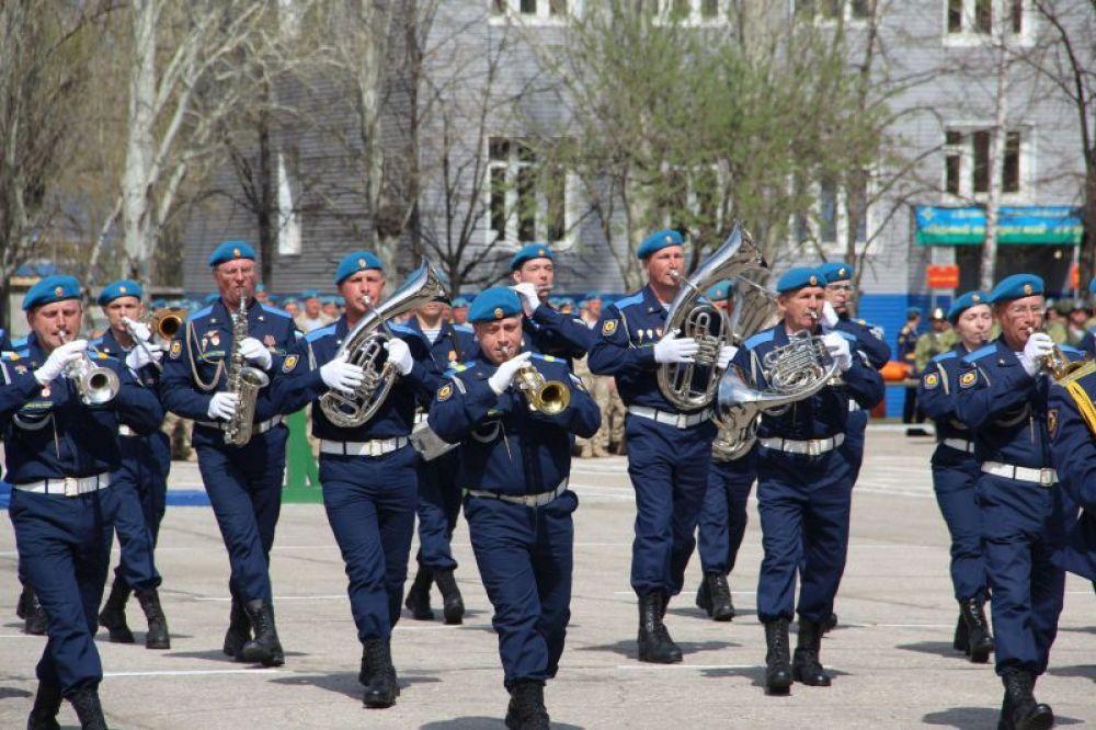 Все началось с выступления бригадного оркестра.