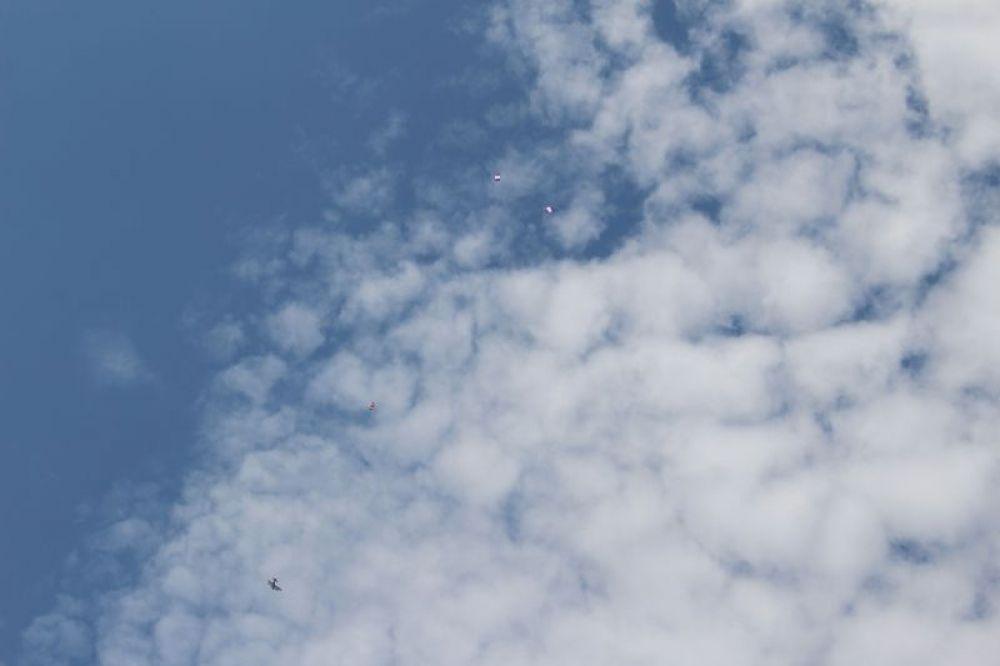 Ан-2 из полка военно-транспортной авиации «выбросил» над плацем парашютистов.