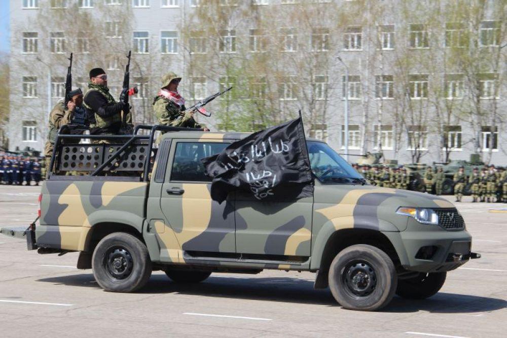 На плац врываются «террористы». Они захватывают важный объект и заложников.