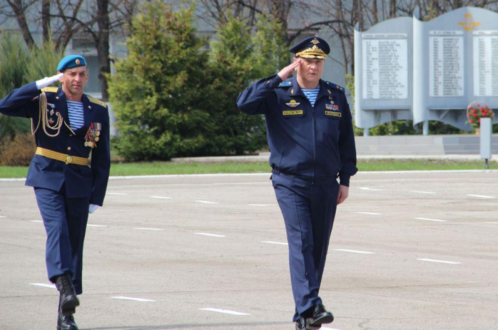 Слева - командир 31-й гвардейской ОДШБ полковник Андрей Стэсев, справа начальник штаба — первый заместитель командующего Воздушно-десантными войсками России генерал-лейтенант Николай Игнатов.