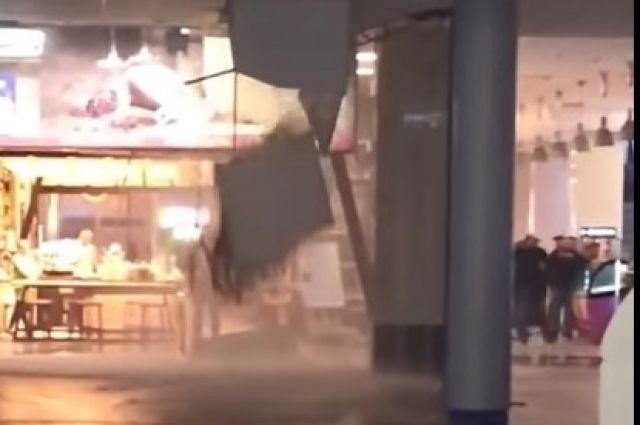 Из-за воды в зале аэропорта обрушилась часть потолка.
