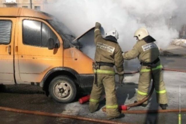 Пожарные за минуту потушили машину, но она уже успела основательно выгореть.