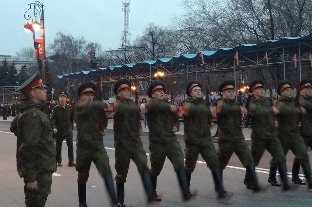 Солдаты идут, чеканя шаг.