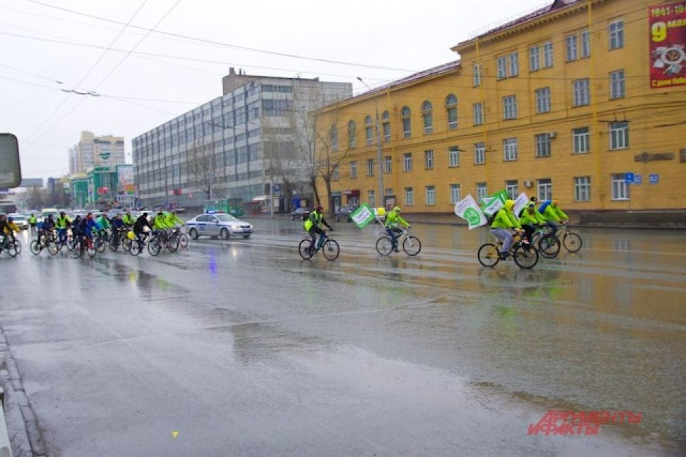 Велопробег стартовал. Всю дорогу участников акции сопровождала спецмашина.
