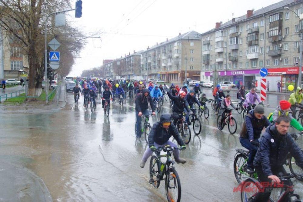 Велосипедисты проехали по Коммунальному и Димитровскому мостам, передохнули на Монументе славы и финишировали в парке Городское начало.