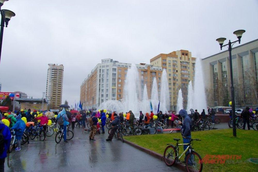Перед стартом велопробега на площади Пименова запустили фонтаны.