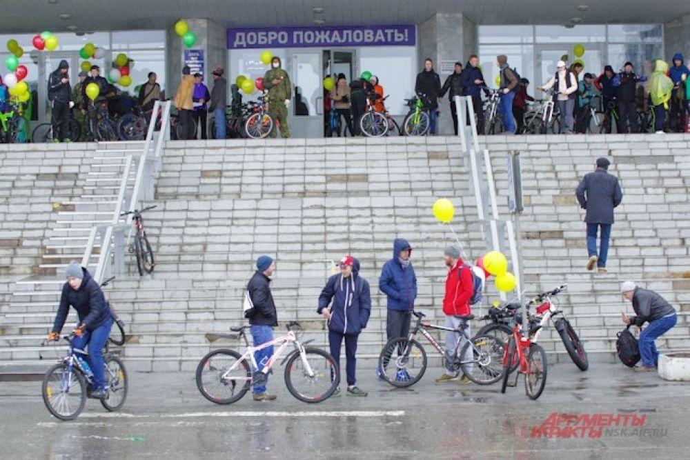 Но участники стали собираться в назначенном месте задолго до старта. Погода была совсем нелетней, от дождя и ветра велосипедисты укрывались под «крылом» библиотеки.