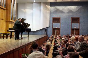 Пианист-виртуоз провел благотворительный концерт в кемеровской филармонии.