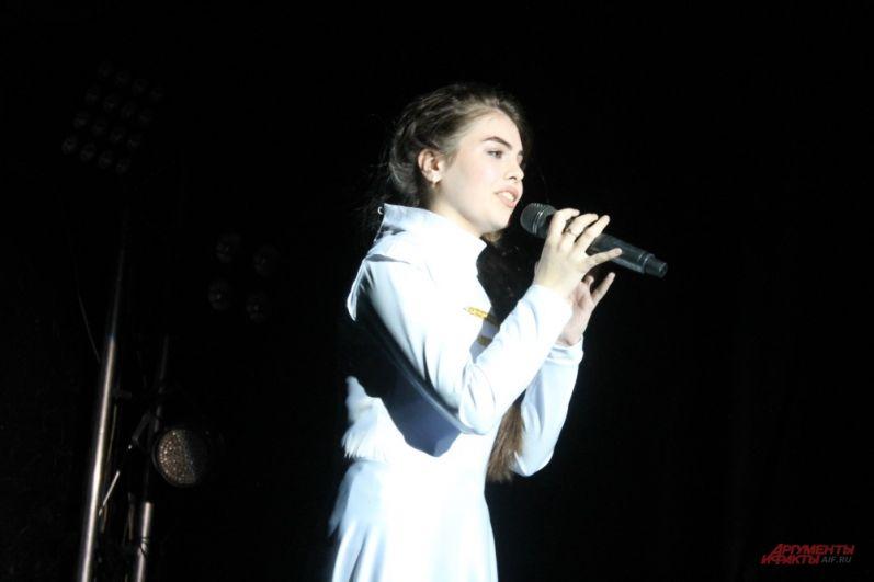 Часто девушки совмещали в выступлении песни, танцы разных жанров