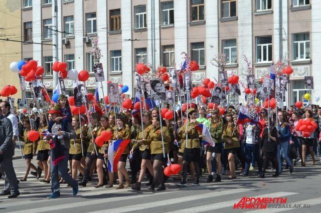 До 20 000 человек принимают участие в шествии «Бессмертного полка» в Кемерове, отдавая дань памяти ветеранам.