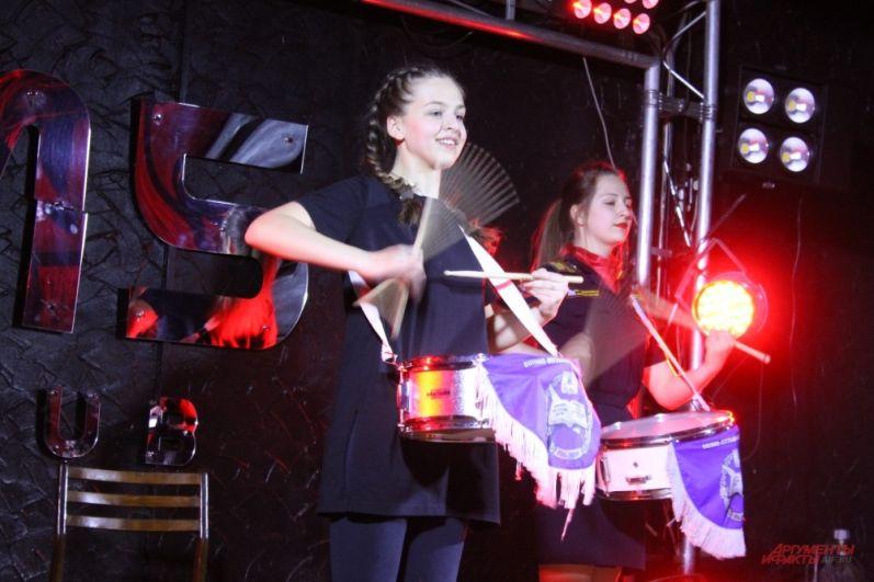 Участница показала, что умеет танцевать и играть на барабане