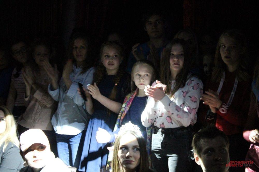 Зрители в восторге от дефиле