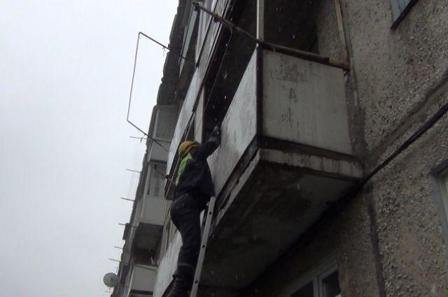 Спасатели помогли 70-летней кемеровчанке, запертой на балконе.