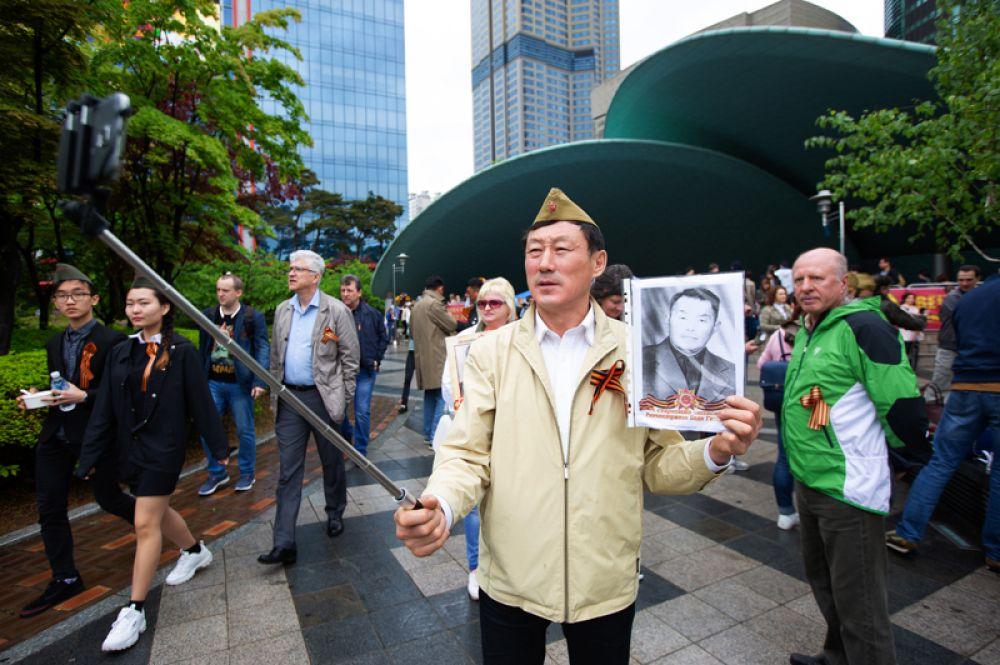 Участники акции «Бессмертный полк» и праздничных мероприятий в Сеуле, Южная Корея.