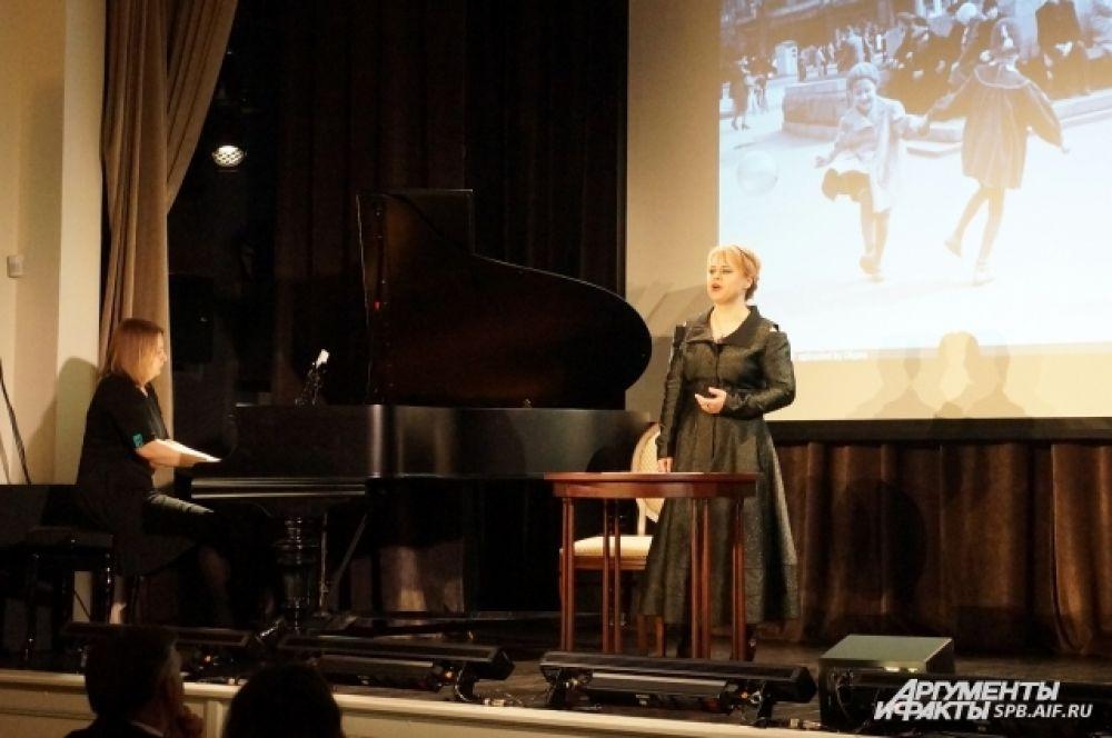 Александра Артёменко исполнила «Довоенный вальс» под аккомпанемент Светланы Швыровой.