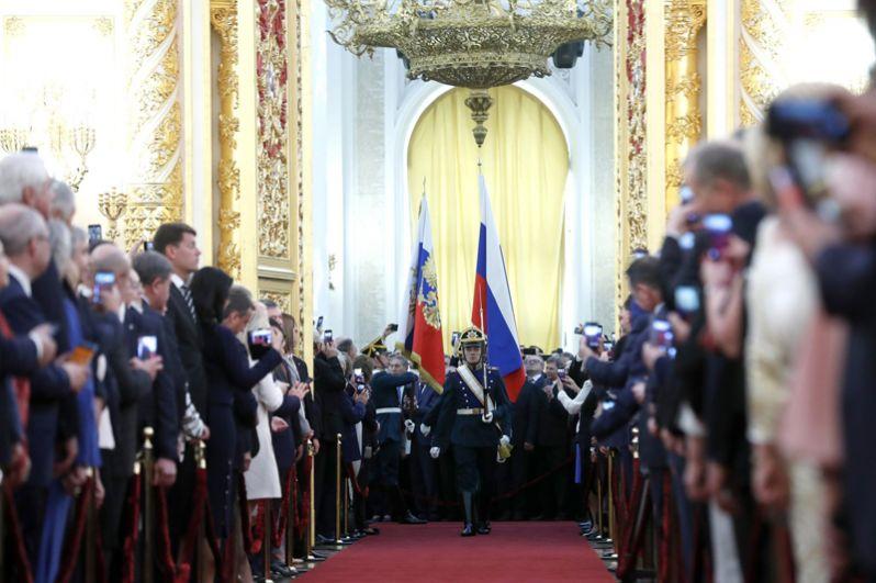 Солдаты Президентского полка вносят штандарт президента и государственный флаг РФ.