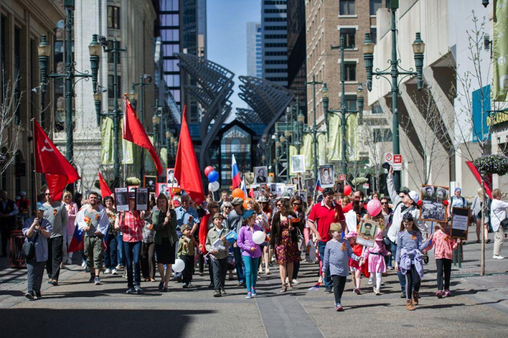 Участники акции «Бессмертный полк» в Калгари, Канада.