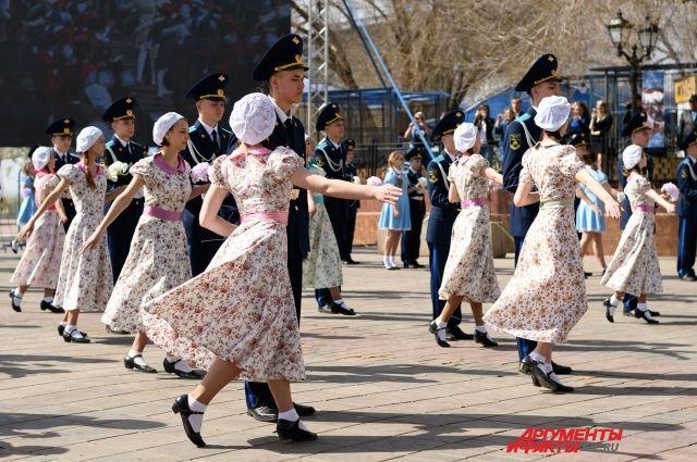 Вальс Победы: в Оренбуржье 20 тысяч пар станцевали в честь ветеранов.