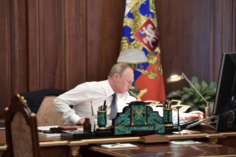 Избранный президент РФ Владимир Путин в рабочем кабинете перед церемонией инаугурации в Кремле.