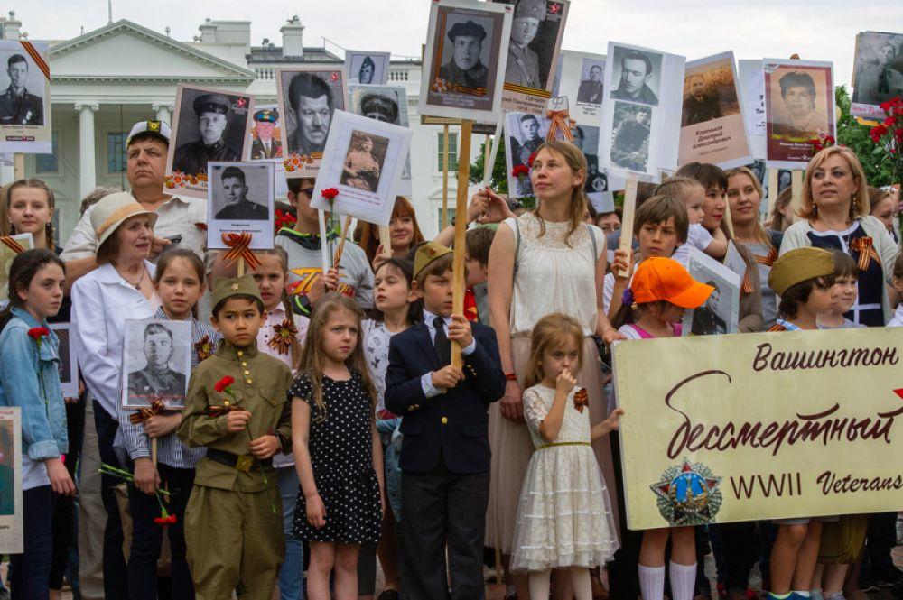 Участники акции «Бессмертный полк» в Вашингтоне, США.