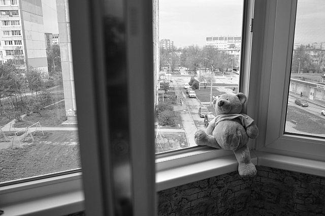 Трехлетний ребенок выпал из окна квартиры на 5 этаже в Кемерове.