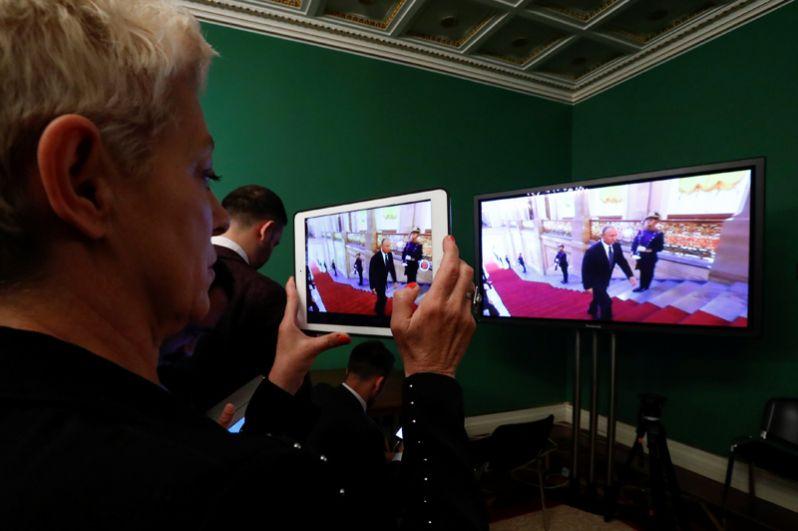 Журналисты следят за церемонией инаугурации в пресс-центре.