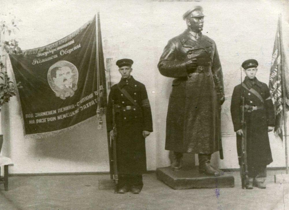 Учащиеся ФЗУ в праздничном карауле в день 7 ноября.
