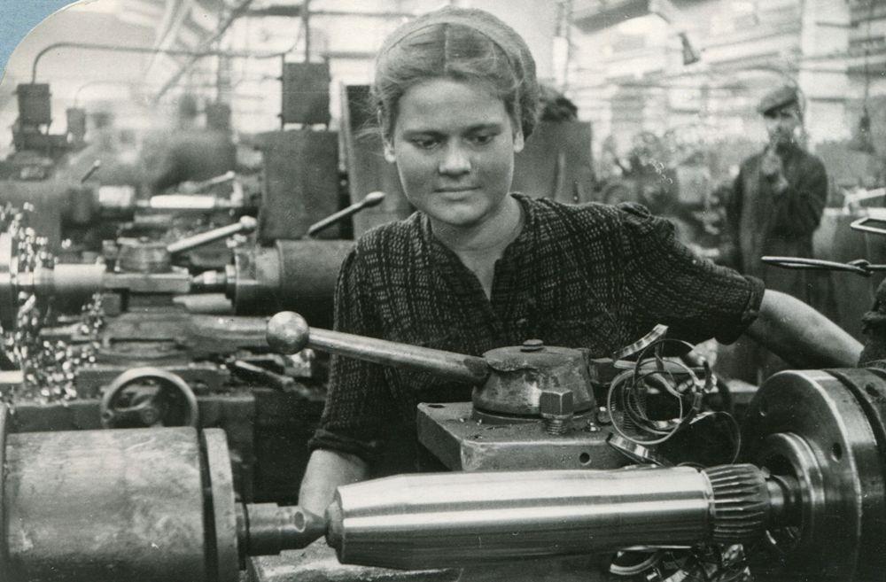 На военных заводах трудились комсомольские бригады, членами которых были только девушки.