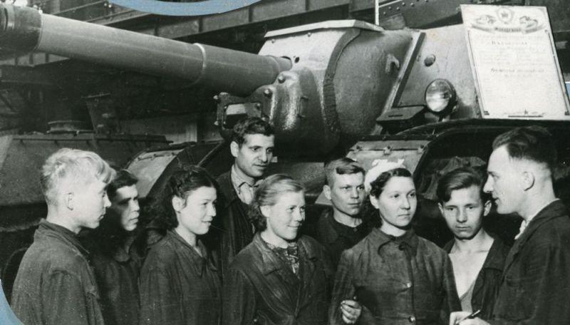 Одна из комсомольско-молодежных бригад Кировского завода.