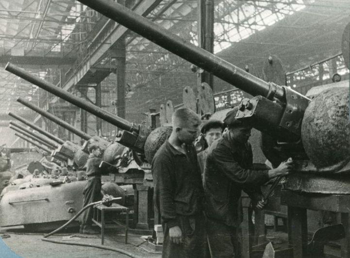 Цех Кировского завода: опытные рабочие обучают молодые кадры.