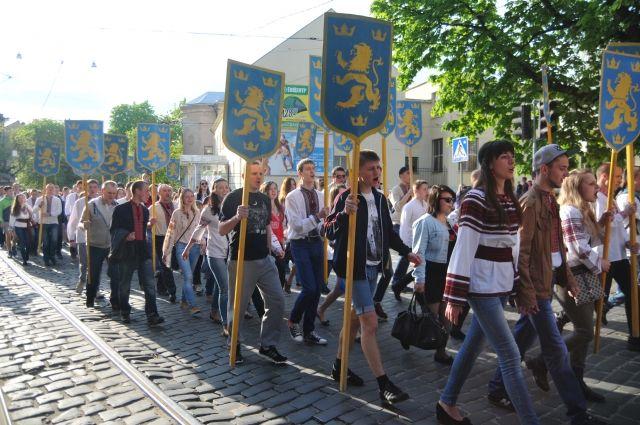 Участники марша в честь годовщины создания дивизии СС «Галичина» во Львове, 2014 г.