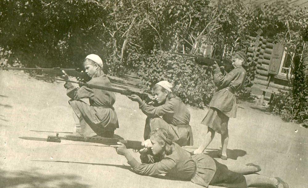 Школьницы на занятиях по военной подготовке.