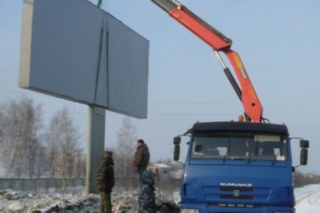 ВЧелябинске рекламный щит чуть нераздавил женщину сребёнком