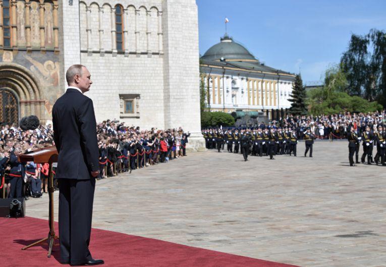 Владимир Путин после инаугурации выступает на Соборной площади Кремля.