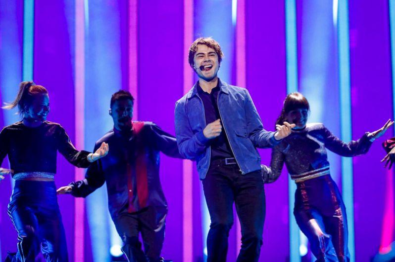 За второе и третье место поборются Александр Рыбак из Норвегии с песней «That's How You Write А Song».