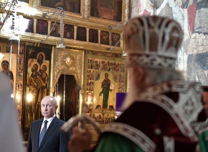 Владимир Путин во время благодарственного молебна по случаю инаугурации в Благовещенском соборе Кремля.