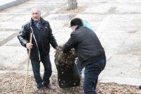 Замглавы администрации Челябинска по дорожному хозяйству Владимир Алейников вместе с коллегами принял участие в субботнике.