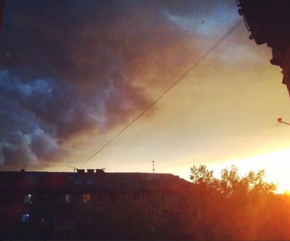 Прекрасное небо: все цвета сплелись воедино. А где-то за домами заходит солнце.