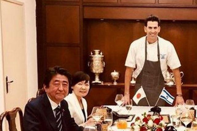 Премьера Японии в ходе визита в Израиль во время обеда оскорбили десертом