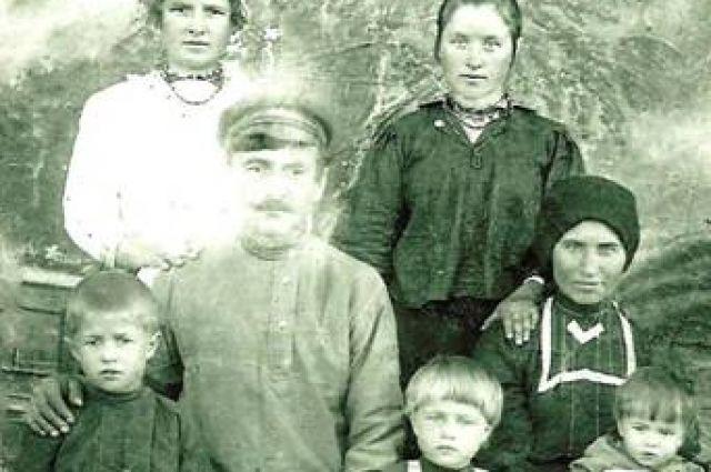 Михаил (слева) был единственным мальчиком в большой семье Лавинских.