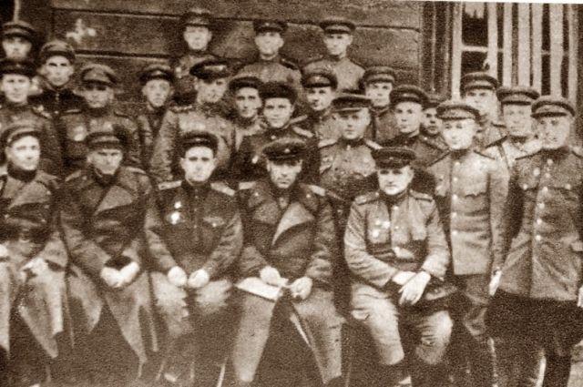 За боевые заслуги по разгрому  фашистов  под Москвой, Хетагурову ( в центре) присвоили звание  генерал-майора  артиллерии.