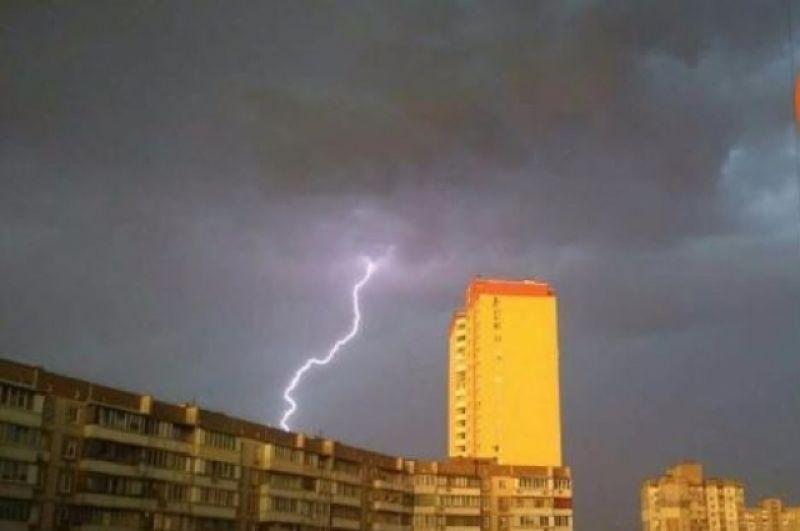 Молния величественна и опасна. Сейчас грянет гром!
