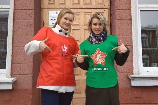 Волонтеров можно узнать по оранжевым и зеленым курткам