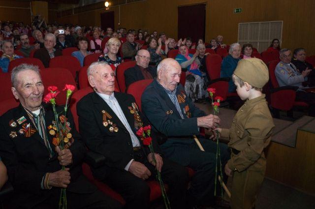 Только трое из девяти оставшихся в живых ветеранов смогли прийти на встречу.