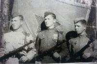 Борис Кашуров (в центре) с однополчанами.