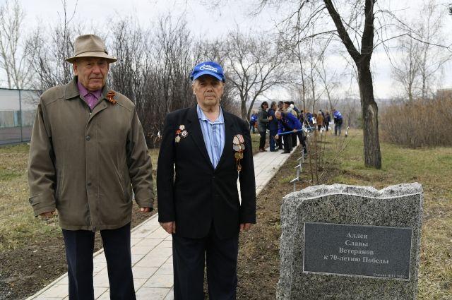 Василий Смирнов и Алексей Солодюк, как стражи аллеи, регулярно навещают свои деревца.