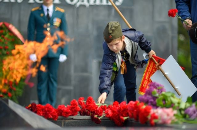 Возложение цветов, венков и гирлянд к Монументу боевой и трудовой славы пройдёт с 9 до 10 утра.