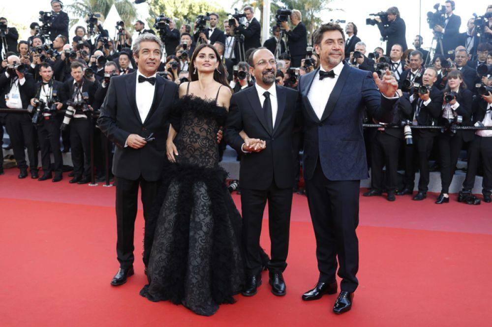 Режиссер фильма «Все знают» Асгар Фархади и актеры Пенелопа Круз, Хавьер Бардем и Рикардо Дарин.